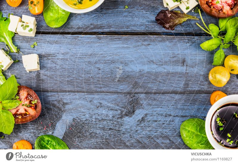 Frische Salat mit Tomaten und Käse zubereiten Lebensmittel Gemüse Salatbeilage Kräuter & Gewürze Öl Ernährung Mittagessen Abendessen Bioprodukte