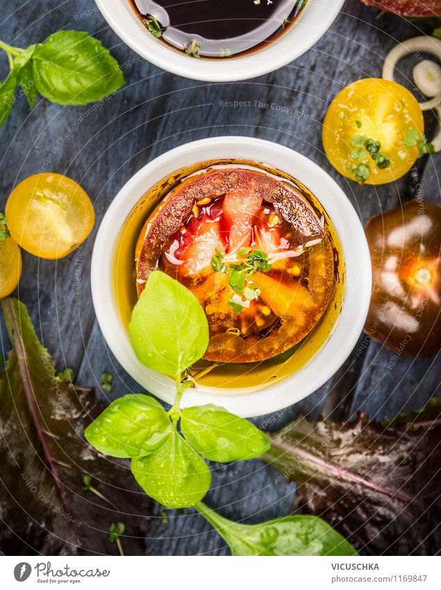 Tomatenscheibe in Öl mit Basilikumblätter Lebensmittel Gemüse Salat Salatbeilage Kräuter & Gewürze Ernährung Mittagessen Bioprodukte Vegetarische Ernährung Diät