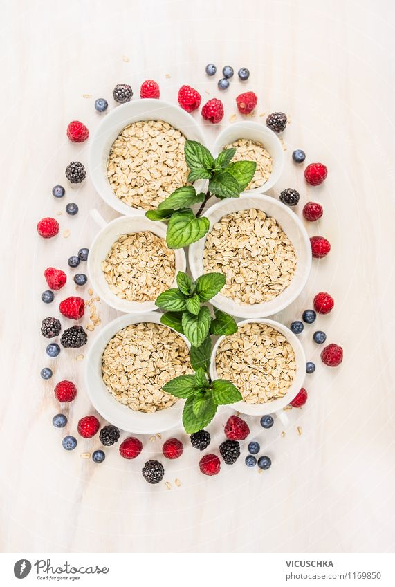 Haferflocken , Minze und Beeren - Familienfrühstück. Sommer Gesunde Ernährung Leben Stil Familie & Verwandtschaft Lebensmittel Frucht Design Tisch