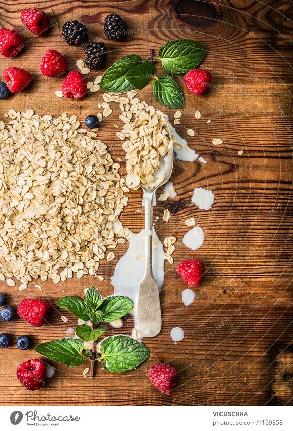 Frühstück mit Haferflocken und Beeren zubereiten Lebensmittel Frucht Getreide Ernährung Bioprodukte Vegetarische Ernährung Diät Milch Löffel Stil Design