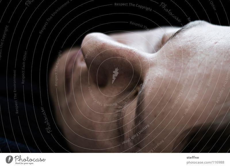 Schlafenszeit Mann ruhig Gesicht Erholung Haare & Frisuren träumen Lampe liegen Nase schlafen Bett Müdigkeit geschlossene Augen Typ Obdachlose Schlafzimmer