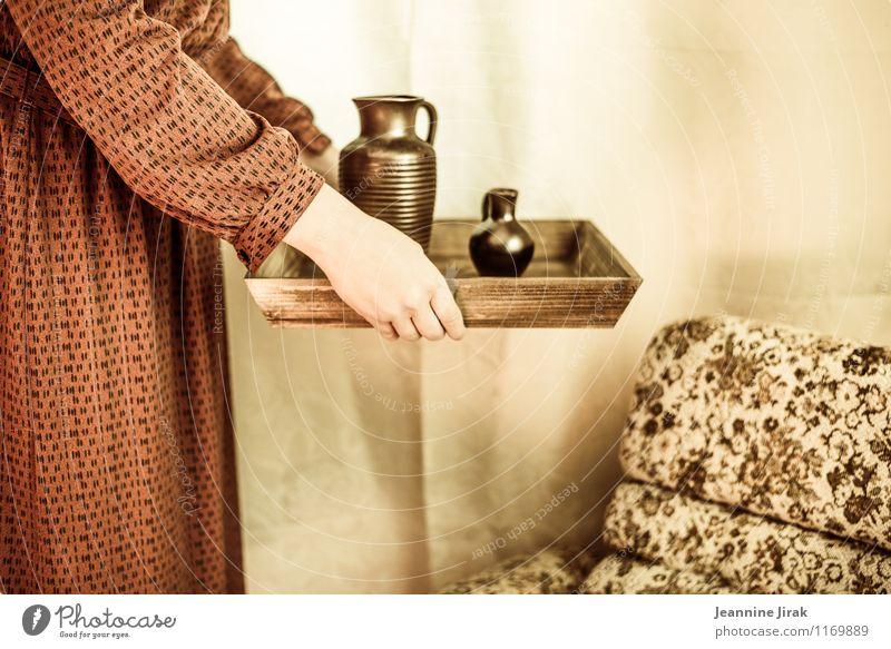 Frau mit Tablett Krug Sessel Muttertag Gastronomie feminin Erwachsene Arme Hand 1 Mensch 30-45 Jahre Kleid Stoff Kitsch Krimskrams festhalten stehen retro