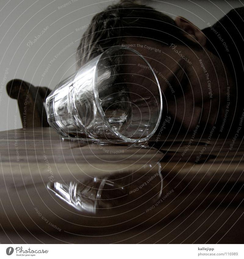 goodnight everybody Gastronomie Alkoholisiert Tisch schlafen umfallen Spirituosen Mann Reflexion & Spiegelung Hand Rauschmittel sozial Problematik verschütten