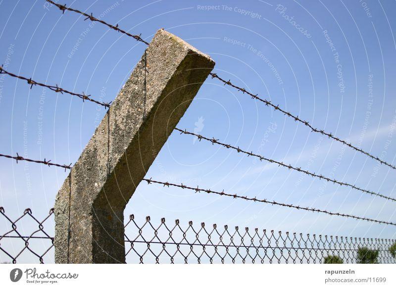 Freiheit? Himmel Wolken Stein historisch Zaun Justizvollzugsanstalt Stacheldraht