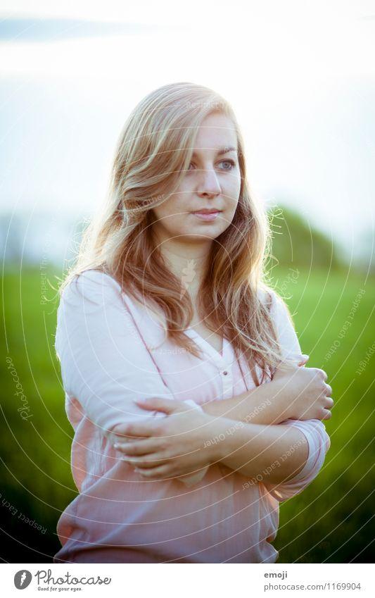 Morgenlicht feminin Junge Frau Jugendliche 1 Mensch 18-30 Jahre Erwachsene blond schön natürlich Farbfoto Außenaufnahme Schwache Tiefenschärfe Oberkörper