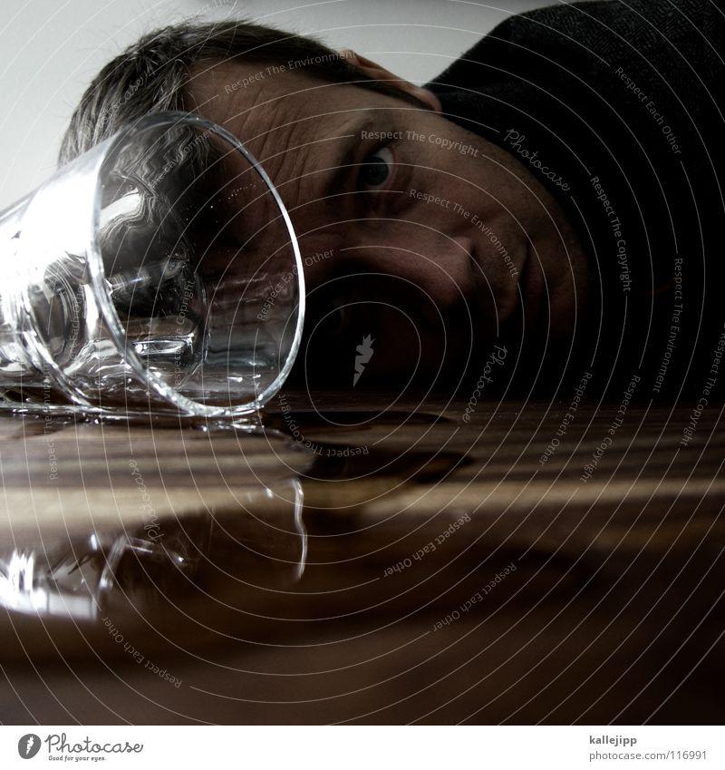 noch einen bitte Gastronomie Alkoholisiert Tisch umfallen Spirituosen Mann Reflexion & Spiegelung Hand Rauschmittel sozial Problematik verschütten