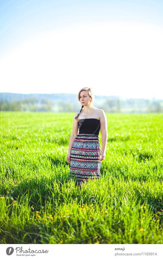 draussen feminin Junge Frau Jugendliche 1 Mensch 18-30 Jahre Erwachsene Sommer Schönes Wetter Wiese Mode Kleid schön einzigartig natürlich Farbfoto mehrfarbig