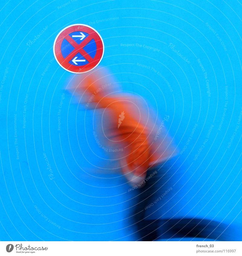 nicht anhalten! Mensch Mann Jugendliche blau weiß schön rot Farbe Wand Bewegung Mauer Beine orange Deutschland gehen Arme