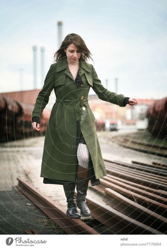 balance Mensch Jugendliche Stadt blau grün Junge Frau 18-30 Jahre Erwachsene Bewegung feminin Stil Lifestyle braun Mode elegant laufen