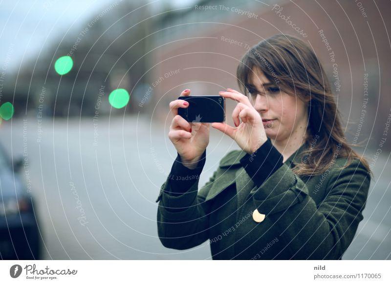 Die beste Kamera... Mensch Jugendliche Stadt Junge Frau 18-30 Jahre Erwachsene Wand Straße feminin Stil Mauer Haare & Frisuren Lifestyle Mode Kunst Fassade