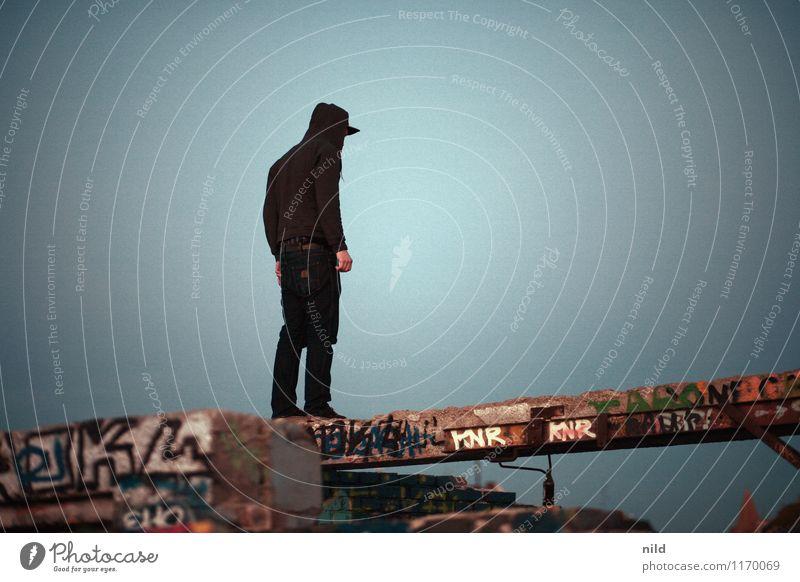 der schmale Grat Mensch maskulin Junger Mann Jugendliche 1 13-18 Jahre 18-30 Jahre Erwachsene Industrieanlage Ruine Mauer Wand Beton blau grau Verschwiegenheit