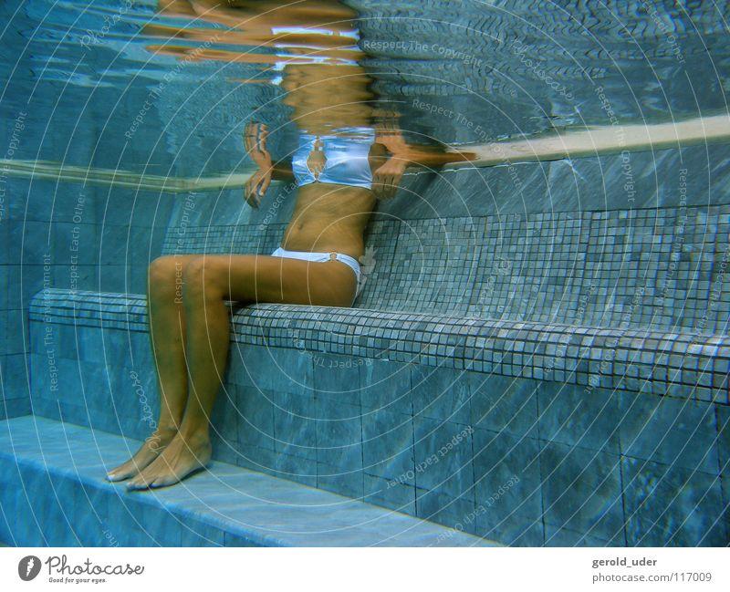 Frau im Pool Bikini Schwimmbad Erholung kalt kühlen fließen Sommer Wasser sitzen Spa Unterwasseraufnahme Gesundheit Fliesen u. Kacheln blau