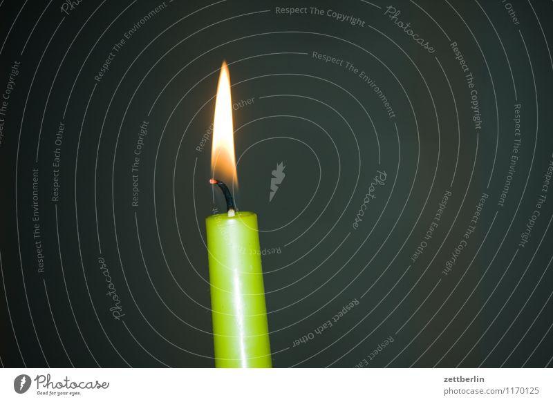 Kerze (schief und angeblitzt) Weihnachten & Advent grün dunkel Wärme Textfreiraum Romantik Feuer Neigung Kerze heiß Flamme brennen Kerzenschein Kerzendocht Docht Funzel