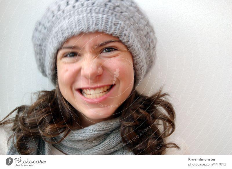 Ja nee, is kla' Mädchen lachen lustig Zähne niedlich Mütze grinsen brünett langhaarig frech Grimasse Anschnitt Haarsträhne Frauengesicht verkrampft dunkelhaarig