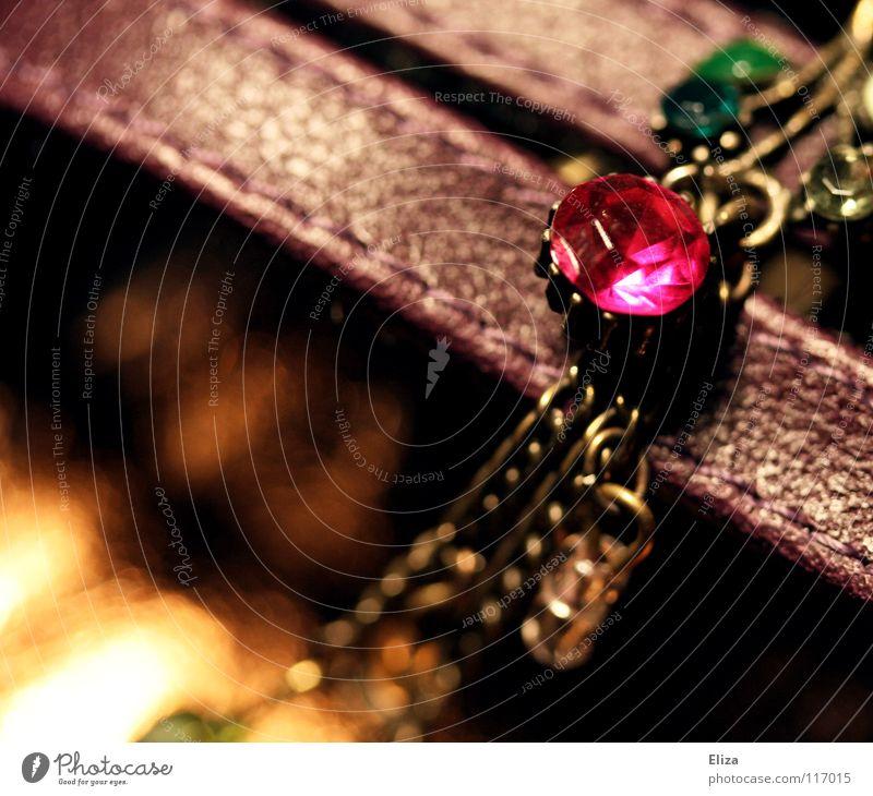 kirschrot Schmuck schimmern glänzend niedlich Perle Kette Elster nah grün Licht Physik Bronze Schmuckkästchen Rubin Diamant Mineralien Edelstein Leder
