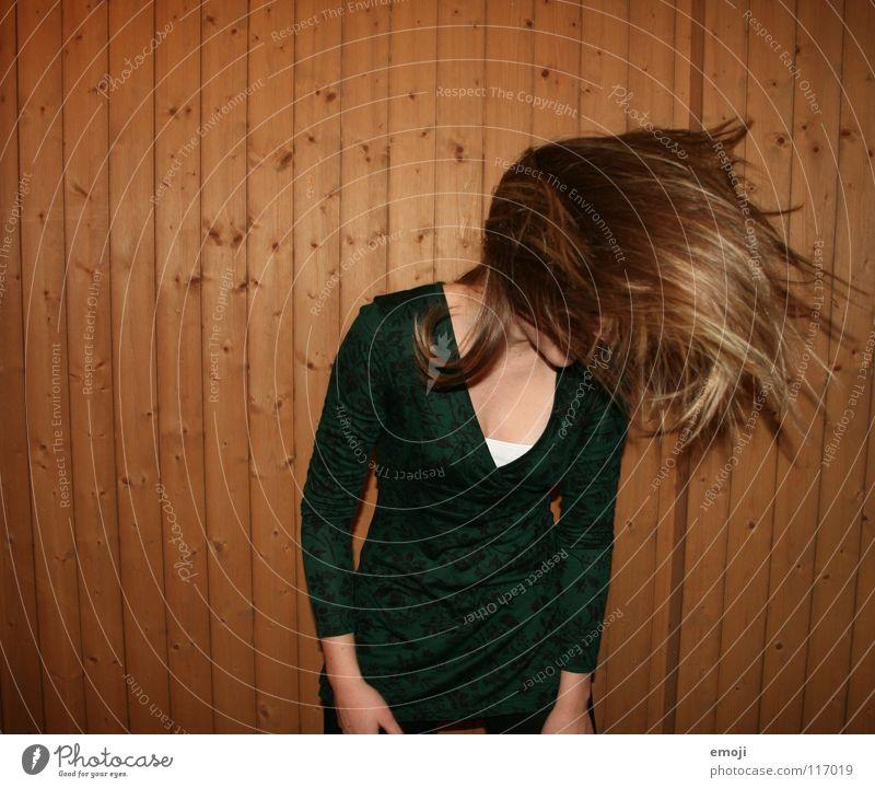 headbangen Frau Jugendliche rocken Party authentisch Holzwand Luft Brise schön süß genießen Gute Laune Bewegung Friseur Kopfschütteln Angst Freude Gesicht