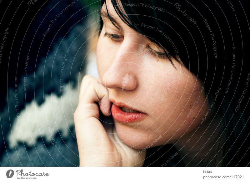 m. Frau schön Gesicht Einsamkeit sprechen feminin Gefühle träumen Denken Mund Wärme Wohnung modern Lippen Physik rein