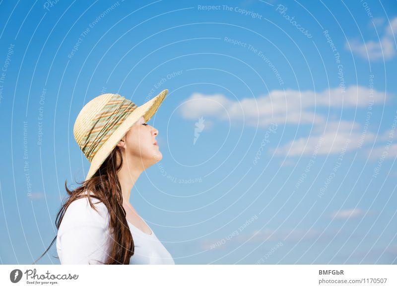 Die Sonne genießen Mensch Frau Himmel Ferien & Urlaub & Reisen schön Sommer Wolken Erwachsene feminin Stil Glück Freiheit Mode Zufriedenheit Tourismus