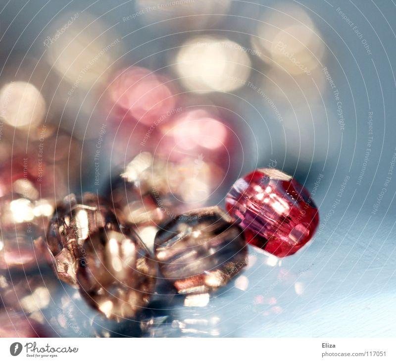 Glasperlen I rosa Schmuck Basteln Diamant Barbie glänzend teuer Makroaufnahme Nahaufnahme Reichtum Perle auffädeln blauSchmuck Kitsch Mädchenspielzeug
