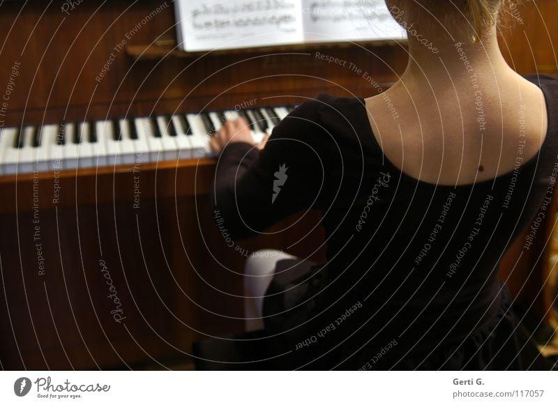 oh, when the saints.... Kind Hand Mädchen weiß schwarz Spielen Musik Haut Musikunterricht Rücken Finger Studium lernen Flügel Bildung Teile u. Stücke