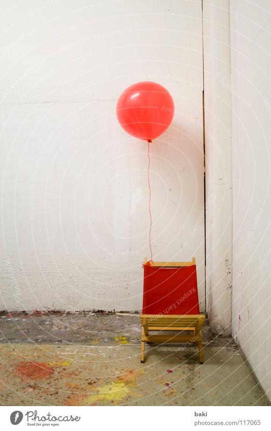 festgebunden Luftballon Helium fliegen angekettet rot gelb weiß mehrfarbig Liegestuhl Farbfleck Kunst Kunsthandwerk Farbe aufgeblasen
