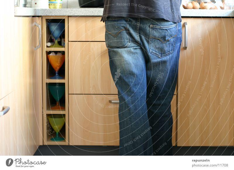 Selbst ist der Mann maskulin Küche kochen & garen Ernährung Schrank Eugen Lebensmittel Emanzipation Beine Hinterteil Jeanshose Detailaufnahme