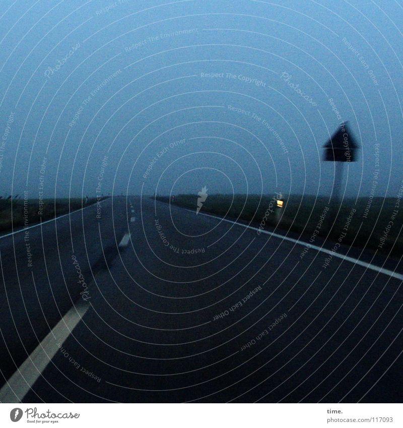 Heimfahrt, es dauert Winter Wolken Horizont schlechtes Wetter Nebel Verkehr Verkehrswege Straße Wege & Pfade Schilder & Markierungen dunkel blau Heimweh Fernweh