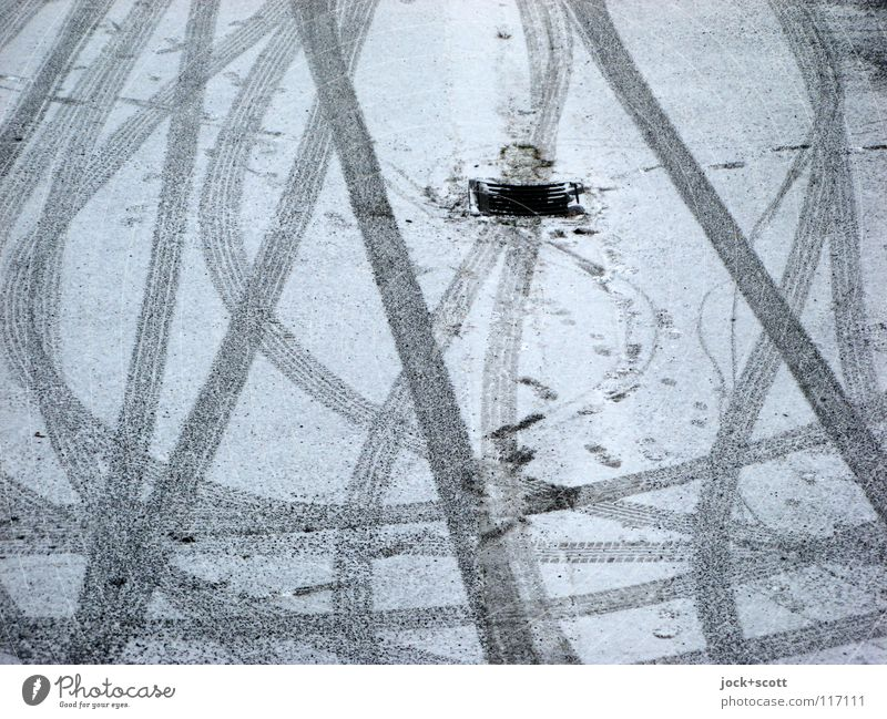 Reif(en) Winter Schnee Verkehr Verkehrswege Parkplatz Streifen berühren Bewegung drehen kalt trist schwarz weiß Stimmung beweglich Beginn Ordnung Ziel