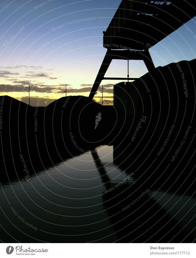 Industrie -kalt- Reflexion & Spiegelung Sonnenuntergang Kran Bremerhaven Deich Wolken Technik & Technologie Verladekran Schatten Sand Wasser Himmel Schiffswerft