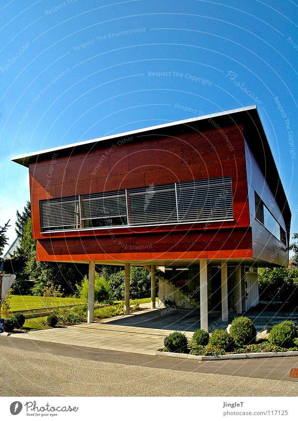 high heels Haus Holz Gebäude braun Beton frei verrückt fantastisch außergewöhnlich Schweben luftig Loft rotbraun