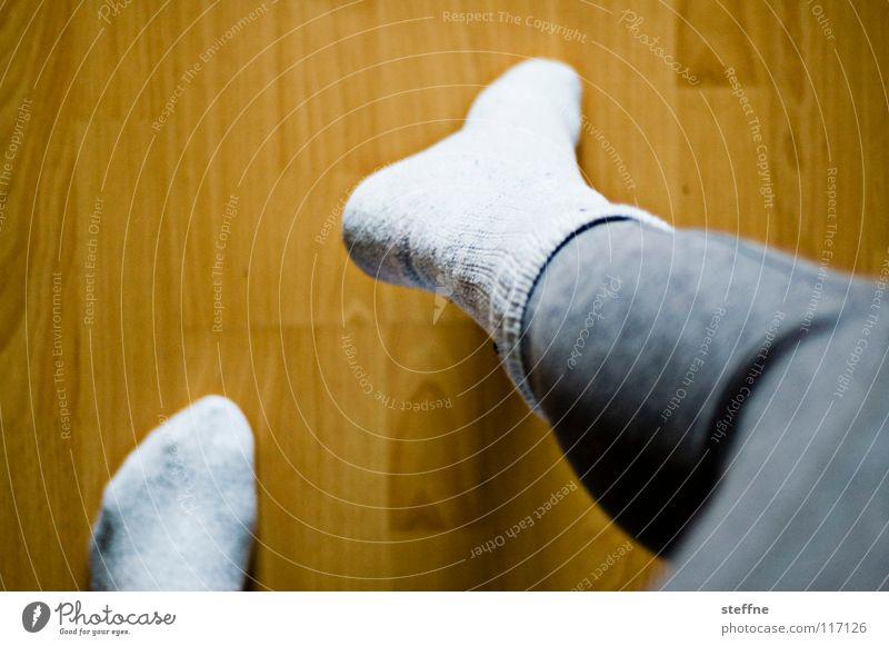 Ein schwuler Schwan mit Tennissocken Frau Mann weiß Winter gelb kalt feminin Spielen grau Beine lustig Fuß braun Tanzen maskulin Bodenbelag