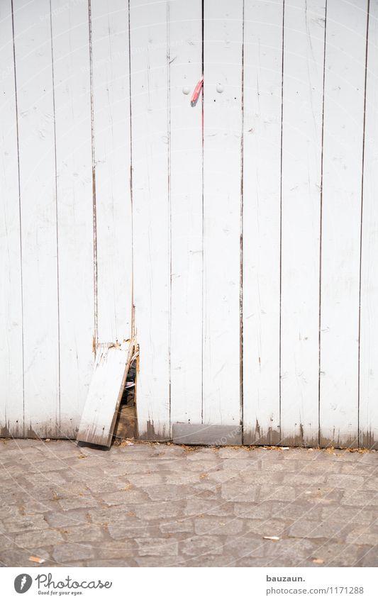 mit brett. Baustelle Handwerk Platz Wege & Pfade Holzbrett Zaun Linie Streifen kaputt Ärger Schutz Sicherheit Trennung Farbfoto Gedeckte Farben Außenaufnahme