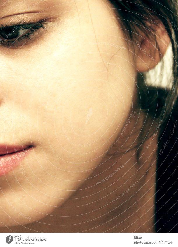 Nahaufnahme eines halben Gesichts einer Frau, die melancholisch und traurig nach unten blickt Haut Mensch Erwachsene Auge Mund Lippen Denken träumen Traurigkeit