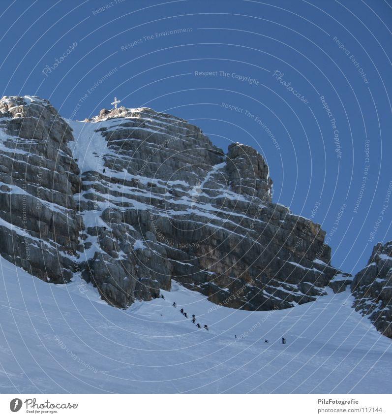 Ziel Himmel blau weiß Winter schwarz Landschaft Schnee Berge u. Gebirge oben Stein braun Felsen Rücken wandern mehrere gefährlich