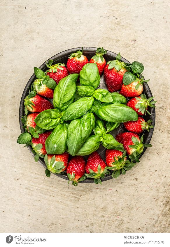 Rustikaler Teller mit Erdbeeren und Basilikum Natur Sommer Gesunde Ernährung Leben Stil Hintergrundbild Foodfotografie Garten Lebensmittel Frucht Design Tisch