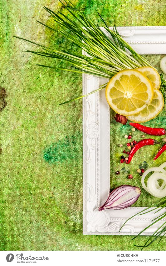 Frischer Schnittlauch mit Chili und Zitrone grün Sommer Gesunde Ernährung gelb Stil Hintergrundbild Lebensmittel Design frisch Kochen & Garen & Backen