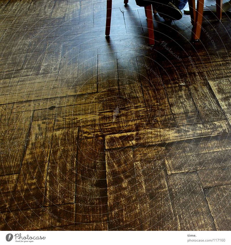 Lebenslinien #02 Stuhl Gastronomie Fuß Holz Linie sitzen Erholung Pause Stadt Ferien & Urlaub & Reisen Bodenbelag Holzfußboden Ecke Parkett geschrubbt Maserung