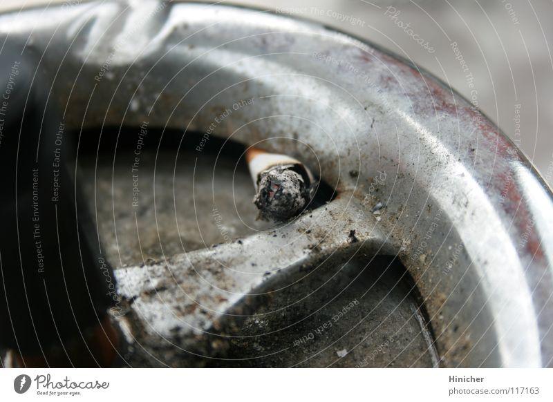 Glut im Teer dreckig Rauch Zigarette Aschenbecher Nikotin Zigarettenstummel