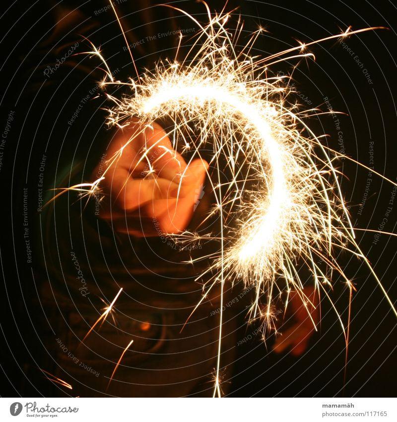 Wunderkerzenmalerei Hand dunkel Licht Nacht Halbkreis sprühen Silvester u. Neujahr Feuer Brand hell Funken zeichnen streichen Kreis