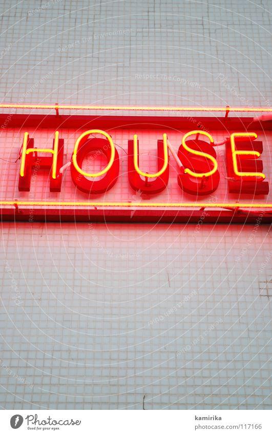 HOUSE Haus Techno elektronisch laut Handzettel Leuchtreklame Werbung fließen Wand rot Überschrift Club Party clubbing Kontrabass Tanzen dancing dance