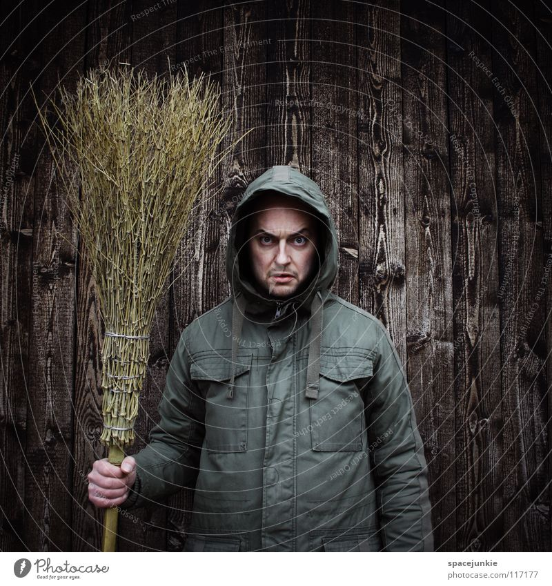 Morgen wird der Wald gefegt! Mann Freude Winter kalt Arbeit & Erwerbstätigkeit Wand Holz Sauberkeit Reinigen böse Freak Kapuze Besen Kehren grimmig