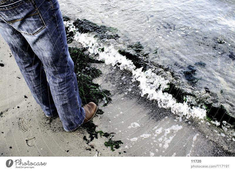 Tag am Meer See Sand Beine Wellen Jeanshose Stiefel Schaum Niederlande Algen Flut Ebbe Strömung Sandkorn