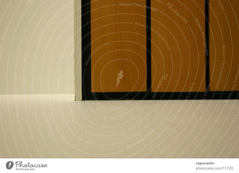 Lässig an die Wand gelehnt Holz Holzbrett Furche Schlitz Ecke Dinge Decke Holzleiste Perspektive Linie rechter Winkel