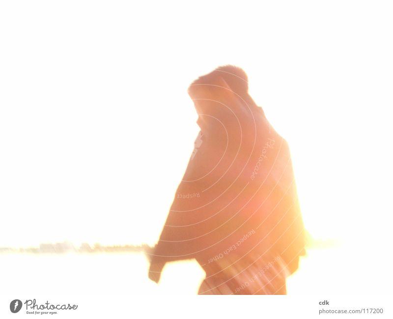 zurück vertikal Seite Torso Schleier Gegenlicht Licht Monochrom rot Sonnenuntergang Überbelichtung Geschwindigkeit unterwegs gehen entkommen Spaziergang stehen