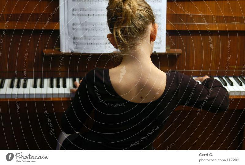Hava Nagila Mädchen Kind Balletttänzer Dutt Haare & Frisuren blond Hochsteckfrisur Holz Hand Finger Griff Akkord dritte Klavier Anschlag Tasteninstrumente