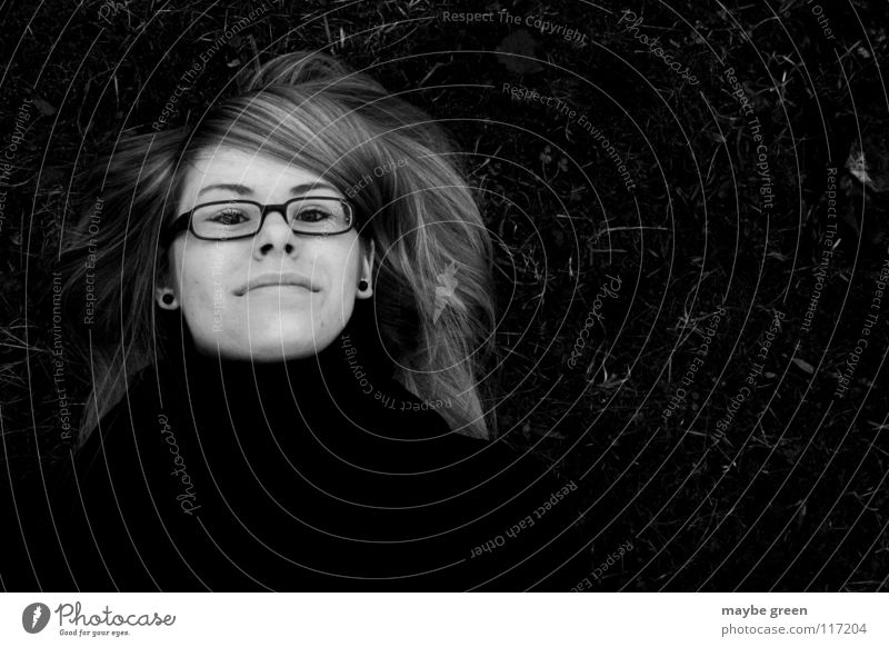 scheintod schwarz weiß Frau Schal Brille Gras Wiese Scheitel ruhig Schwarzweißfoto blod Ohrringe Mund Nase Auge jessica Haare & Frisuren Glas