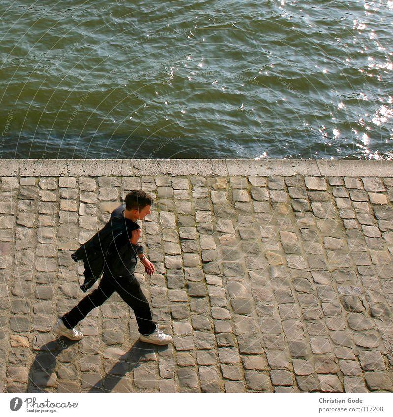 Im walking Frankreich Paris Seine Louvre Mann Franzosen gehen Spaziergang schwarz grün weiß Schuhe Vogelperspektive laufen Wasser Fluss Kopfsteinplaster blau