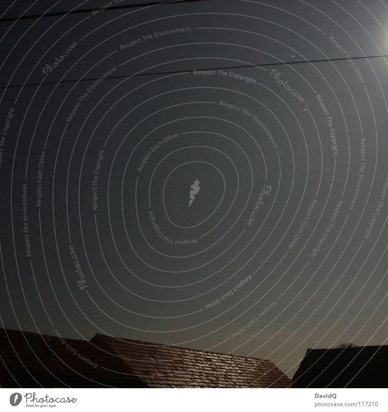 Dorftratsch Nacht Nachthimmel Stern Mondschein Vollmond glänzend Dach Backstein Haus Stall Scheune Telefonleitung Nachbar dunkel schimmern Beleuchtung