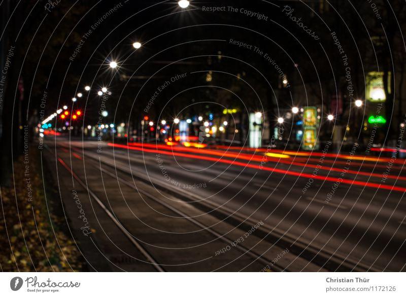 Nachtlichter Stadt Hauptstadt Menschenleer Haus Verkehr Personenverkehr Straßenverkehr Autofahren Fahrzeug PKW beobachten Gefühle bewegungslos