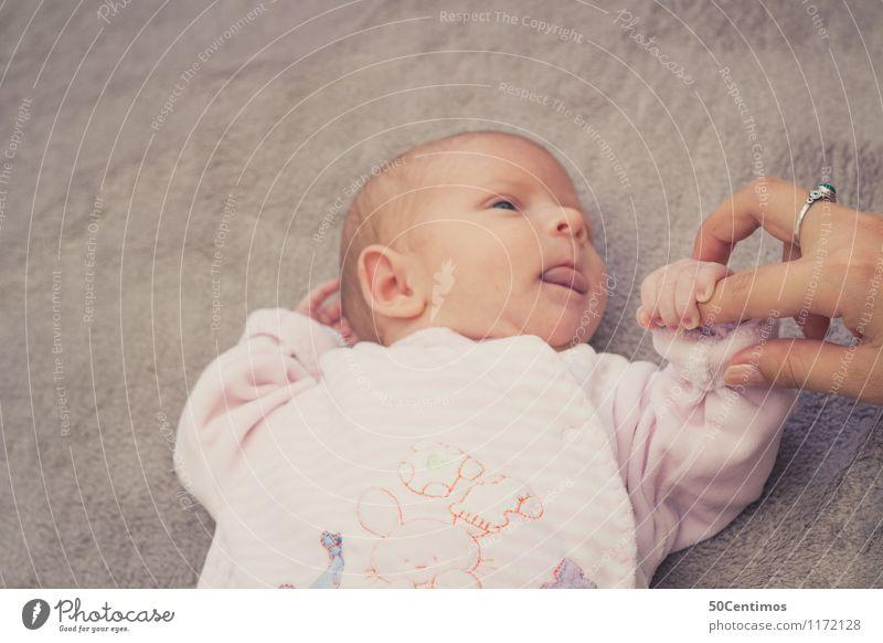 Baby and Mother Mensch Erholung Hand Erwachsene Leben Liebe Stil Gesundheit Familie & Verwandtschaft Freundschaft Wohnung Häusliches Leben Kindheit Baby beobachten Zukunft
